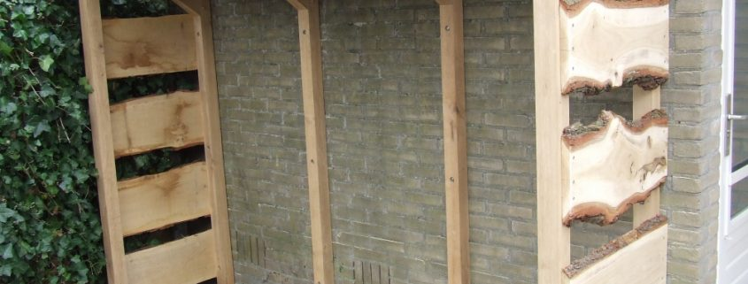 Planken Tegen Muur.Ambachtelijke Houtberging Tegen Muur Geplaatst Tuin En Haard